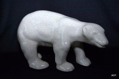 Белый фарфоровый медведь