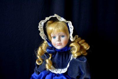 Кукла во французских одеждах